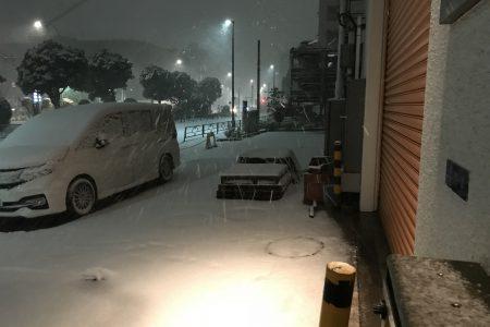 工場前にも雪が積もりました・・・